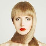 Pelo rubio. Mujer hermosa con maquillaje Imagen de archivo libre de regalías