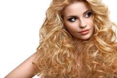 Pelo rubio. Retrato de la mujer hermosa con el pelo rizado largo Foto de archivo libre de regalías