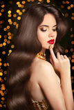 Pelo sano largo Mujer del retrato de la belleza Maquillaje rojo de los labios Elega Imagen de archivo libre de regalías