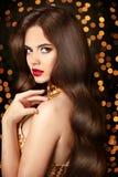 Pelo sano largo Mujer del retrato de la belleza Maquillaje rojo de los labios Elega Imagenes de archivo