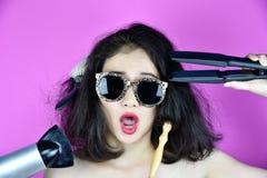 Pelo seco y dañado, causa de los problemas de la pérdida de pelo por el pelo del calor que diseña a la enderezadora de las herram imagenes de archivo