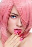 Pelo y manicura rosados Foto de archivo