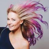 Pelos coloreados Retrato de mujeres sonrientes con los pelos del vuelo Ombre gradiente fotos de archivo