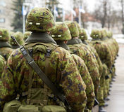 Pelotón alineado de soldados estonios imagen de archivo