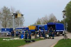Pelotón de la brigada de THW con los camiones del equipo Foto de archivo libre de regalías