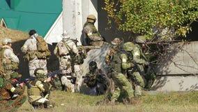 Pelotón de soldados en el campo de batalla almacen de video