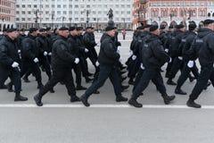 Pelotón que marcha de reacción rápida de la policía rusa Foto de archivo