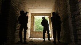 Pelotón que se escabulle hasta enemigo en el edificio ocupado almacen de video