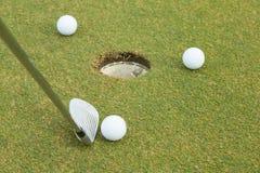 pelota de golf 3 al lado del agujero Fotos de archivo