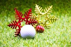 Pelota de golf con el ornamento de la Navidad imagen de archivo