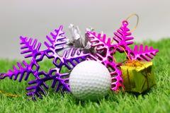 Pelota de golf con la decoración de la Navidad para el día de fiesta del golfista Imagen de archivo