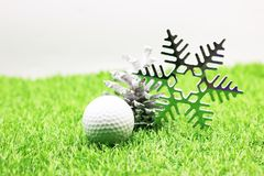 Pelota de golf con la decoración de la Navidad para el día de fiesta del golfista Fotos de archivo libres de regalías