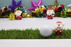 Pelota de golf con la decoración de la Navidad para el día de fiesta del golfista Fotografía de archivo libre de regalías