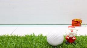Pelota de golf con la decoración de la Navidad para el día de fiesta del golfista Imágenes de archivo libres de regalías