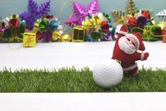 Pelota de golf con la decoración de la Navidad para el día de fiesta del golfista Imagen de archivo libre de regalías