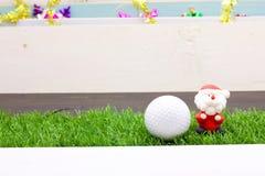 Pelota de golf con la decoración de la Navidad para el día de fiesta del golfista Fotografía de archivo