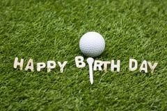 Pelota de golf con la muestra del feliz cumpleaños en hierba verde Imagen de archivo
