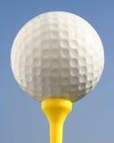 Pelota de golf contra el cielo azul foto de archivo libre de regalías