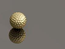 Pelota de golf de oro en fondo reflexivo Foto de archivo