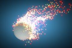 Pelota de golf del vuelo que sale de un rastro de la estrella detrás Foto de archivo