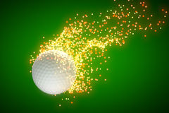 Pelota de golf del vuelo que sale de un rastro de la estrella detrás Fotos de archivo