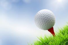Pelota de golf en camiseta Imágenes de archivo libres de regalías