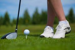 Pelota de golf en camiseta y club de golf en campo de golf Imagen de archivo