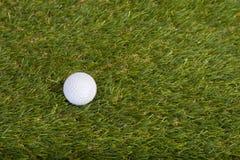 Pelota de golf en campo de hierba Imagenes de archivo