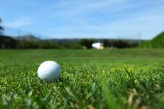 Pelota de golf en curso Fotos de archivo