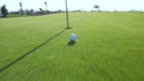 Pelota de golf en el campo de golf en el movimiento almacen de metraje de vídeo