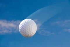 Pelota de golf en el cielo Imagen de archivo libre de regalías