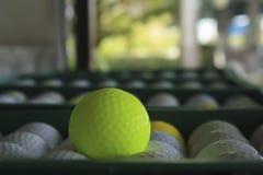 Pelota de golf en el curso, campo de prácticas Fotos de archivo libres de regalías