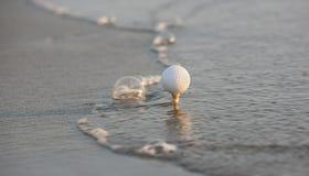Pelota de golf en el mar Imagen de archivo libre de regalías