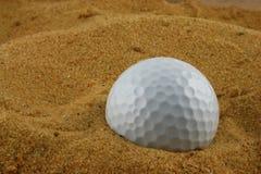 Pelota de golf en el Samd Fotos de archivo libres de regalías