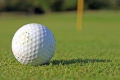 Pelota de golf en el verde Imagenes de archivo