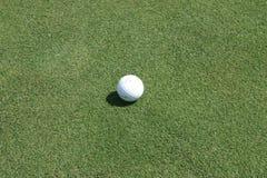 Pelota de golf en el verde Fotos de archivo