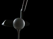 Pelota de golf en fondo negro Fotografía de archivo libre de regalías