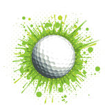 Pelota de golf en fondo verde