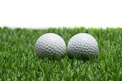 Pelota de golf en hierba en el fondo blanco foto de archivo libre de regalías