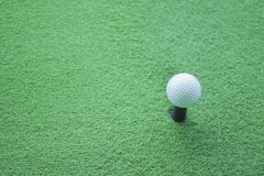 Pelota de golf en la camiseta lista para ser tirado en un drivingrange Imágenes de archivo libres de regalías