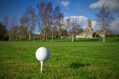 Pelota de golf en la te Foto de archivo libre de regalías