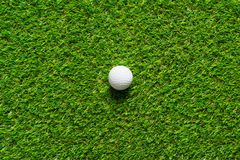 Pelota de golf en la textura de la hierba verde del campo de golf para el fondo fotografía de archivo