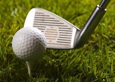 Pelota de golf en te con el club Fotografía de archivo