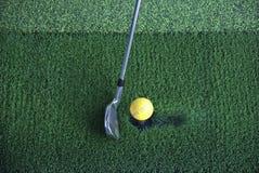 Pelota de golf en te y el club Imágenes de archivo libres de regalías