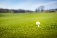 Pelota de golf en tiro de grass Imágenes de archivo libres de regalías