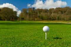 Pelota de golf en un curso idílico Fotos de archivo libres de regalías