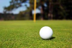 Pelota de golf en verde Fotos de archivo