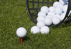 Pelota de golf juntada con te para arriba Imagen de archivo libre de regalías