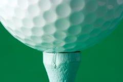 Pelota de golf juntada con te para arriba Fotografía de archivo