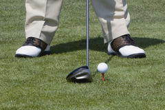Pelota de golf juntada con te para arriba Fotos de archivo